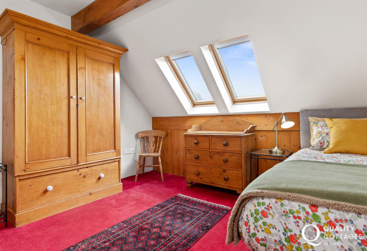 Single bedroom with wardrobe & skylight in St Florence