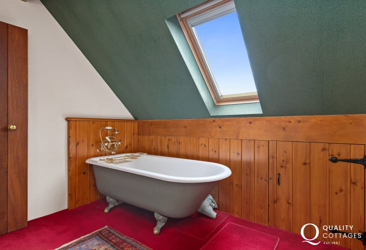 Holiday cottage with Roll top bath & skylight