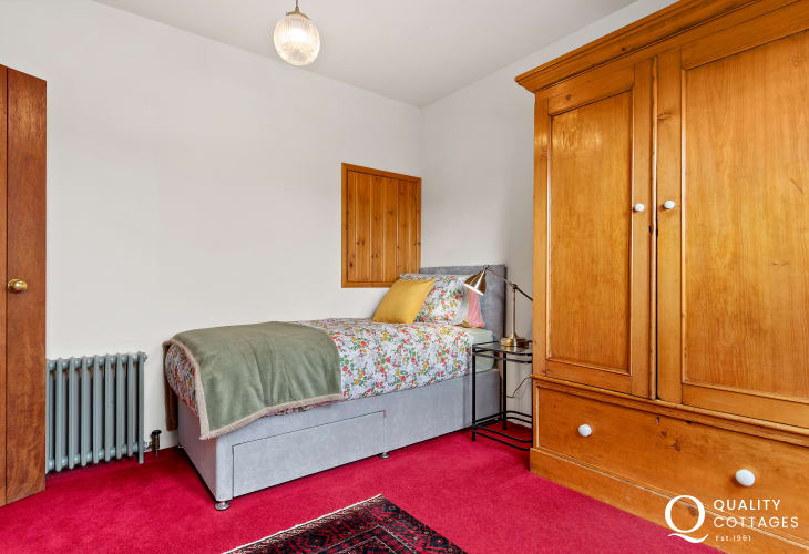 Single bedroom with wardrobe in St Florence