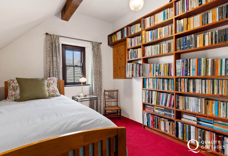Single bedroom in holiday cottage with book case
