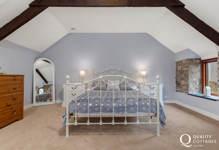 Kingsize bed in the spacious master bedroom at Owl's Retreat.
