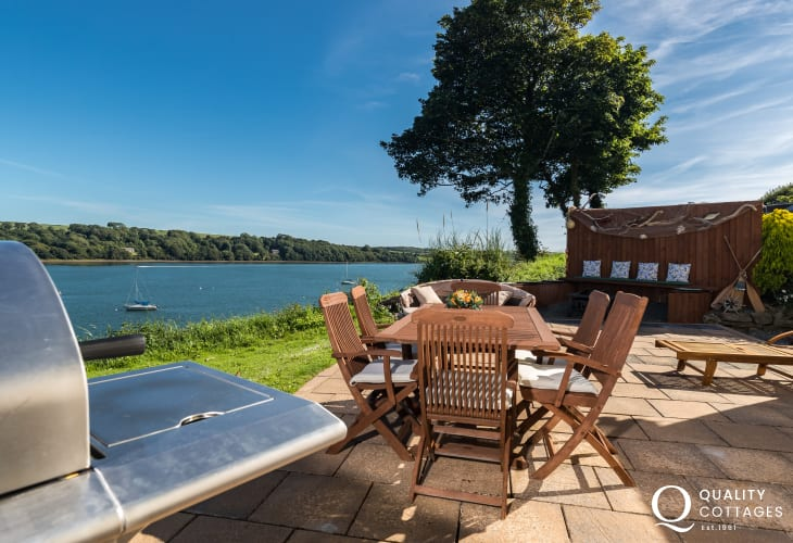 Holiday cottage with barbecue overlooking estuary in Burton Pembrokeshire