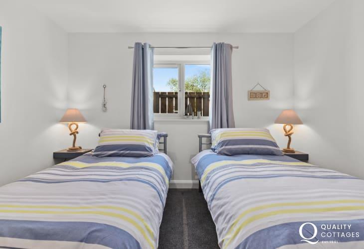 Holiday cottage in Pwllheli, Gwynedd - twin bedroom on the ground floor.