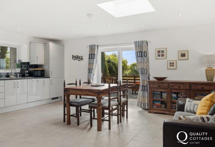 Holiday cottage in Pwllheli, Gwynedd - open plan modern dining area.