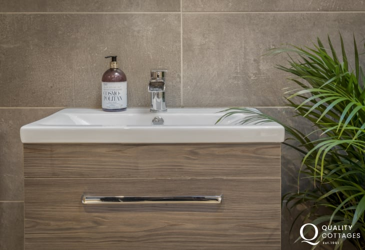 Holiday apartment in St Davids, Pembrokeshire - Washbasin in ensuite shower room.