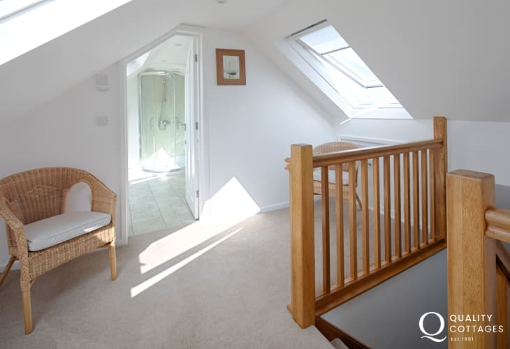 Upstairs landing, looking into the shower room, with shower, washbasin and WC - holiday cottage in Morfa Nefyn, North Wales