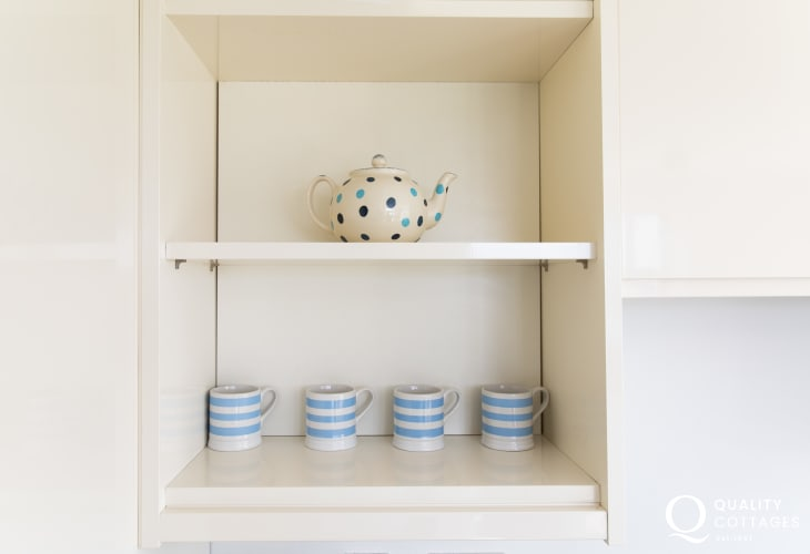 Self catering holiday cottage in Morfa Nefyn, North Wales - well equipped kitchen with mugs and teapot.
