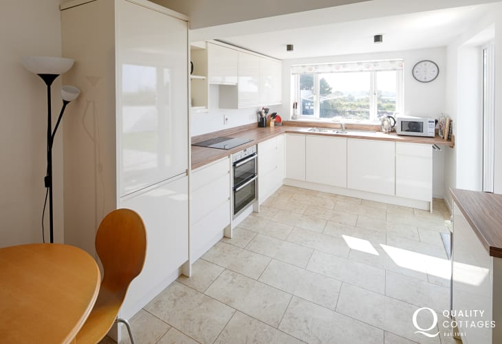 Holiday cottage in North Wales, Morfa Nefyn sleeping 8 - modern high quality kitchen / dining room with countryside views.