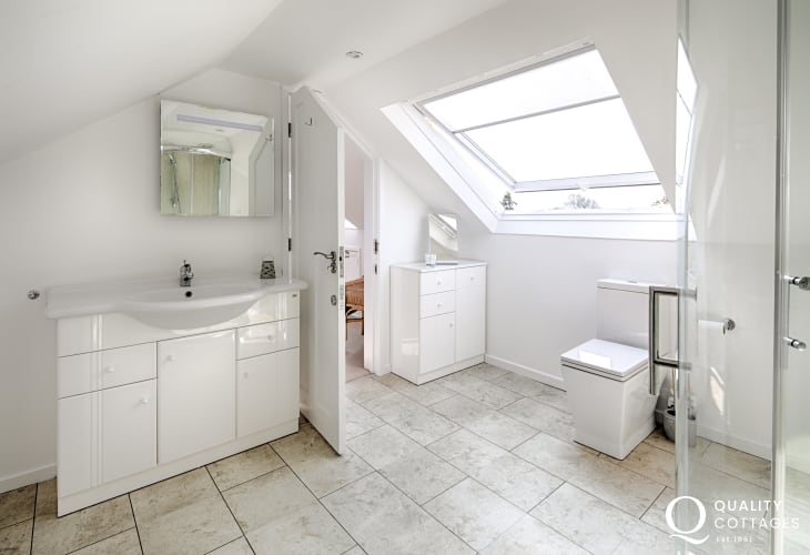 Large shower room with WC, wash basin and shower - coastal holiday cottage in Morfa Nefyn, North Wales