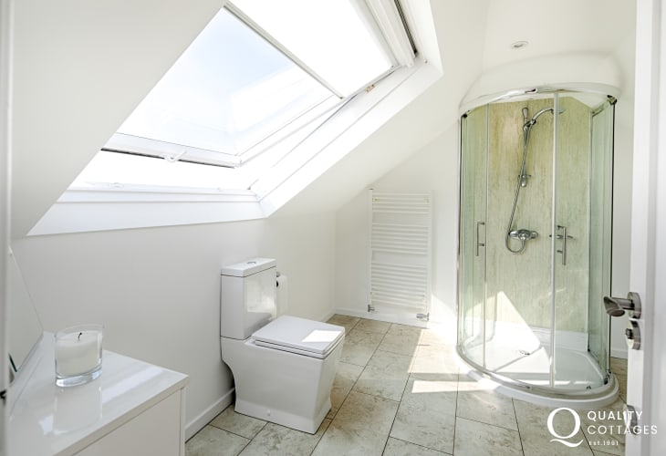 Shower room with WC, wash basin and shower - coastal holiday cottage in Morfa Nefyn, on The Llyn Peninsula