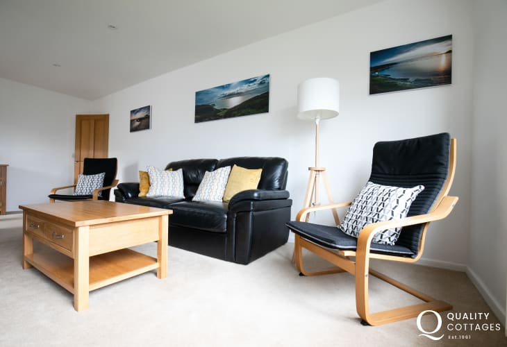 Coastal dog friendly holiday cottage in Morfa Nefyn - lounge with leather sofa and coffee table