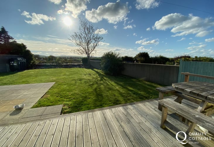 Coastal pet friendly holiday cottage in Morfa Nefyn, Wales - enclosed large garden with lawn, decked area and mountain views