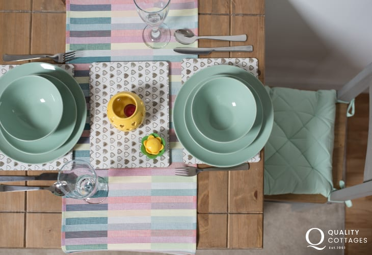 Criccieth apartment - dining table