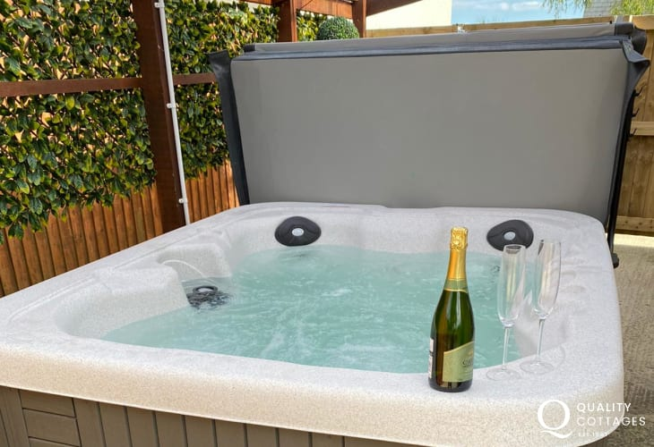 Holiday cottage bungalow near Amroth, Pembrokeshire with luxury hot tub. Sleeps two people.