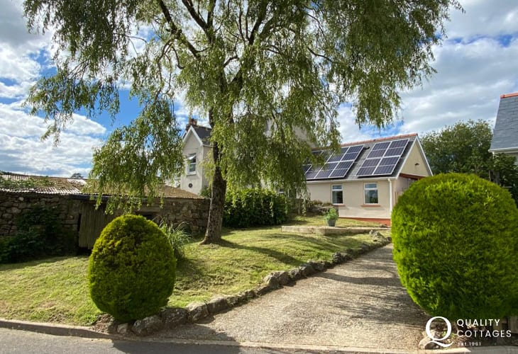 Dog friendly bungalow holiday cottage in near Amroth, Pembrokeshire. Sleeps two.