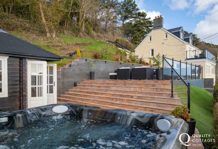 Hot Tubat Edith Villa - Carmarthenshire Holiday Cottage sleeping 10