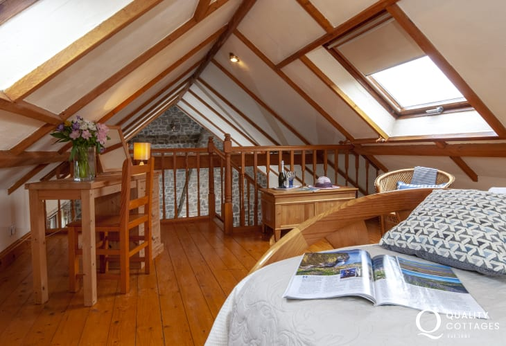 Pembrokeshire holiday cottage sleeping 4 - galleried master double
