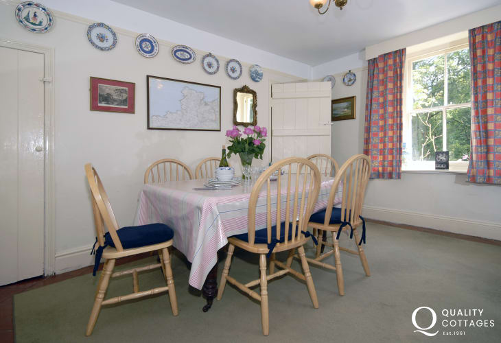 Newport Pembrokeshire holiday cottage - dining room