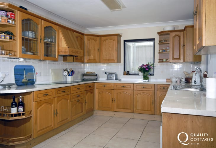 Self catering Newgale Sands Pembrokeshire - country style kitchen