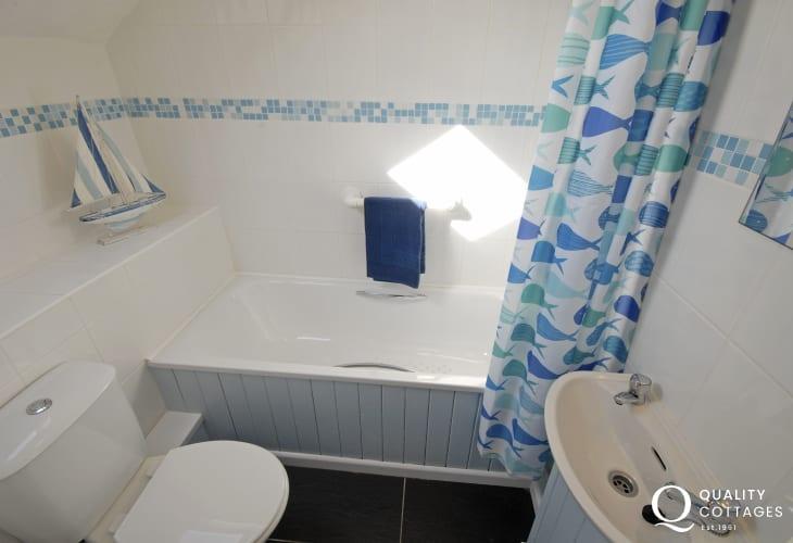 Twin bedroom en-suite bath/shower room