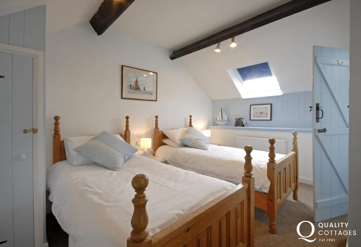St Davids coastal cottage with sea views - en-suite twin bedroom
