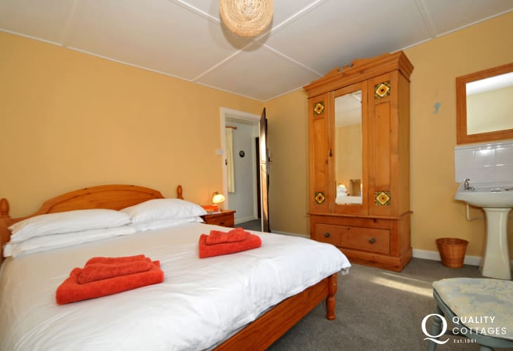 Welsh coastal path cottage - bedroom
