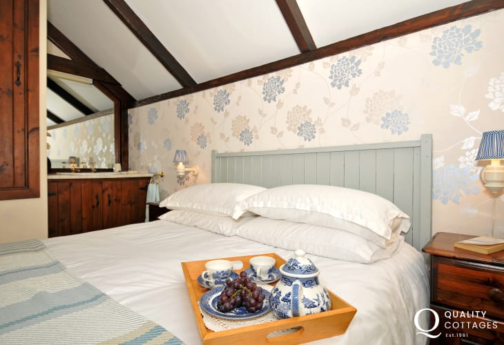 Solva holiday cottage - bedroom