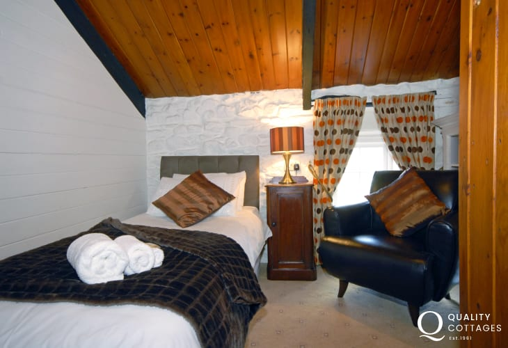 Pembrokeshire cottage sleeps 5 - cosy single bedroom