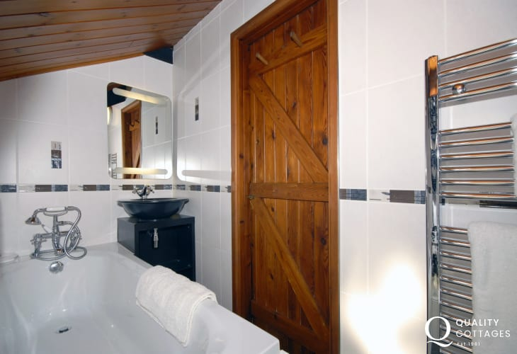 Pembrokeshire cottage sleeps 5 - bathroom