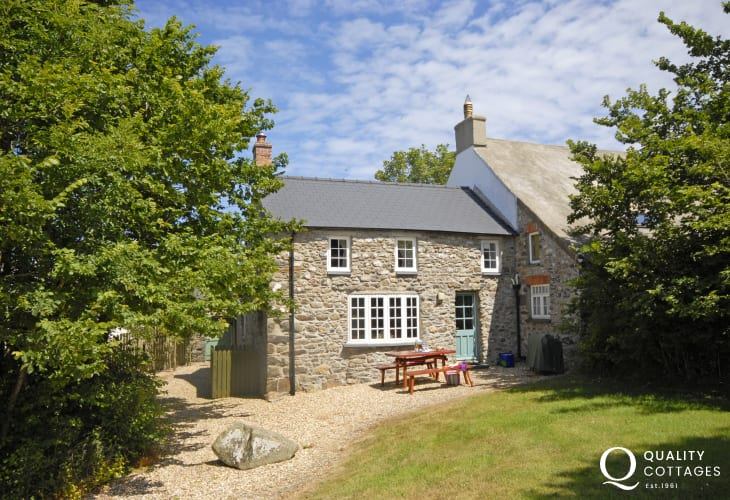 Pembrokeshire cottage near the coast - gardens and pets welcome