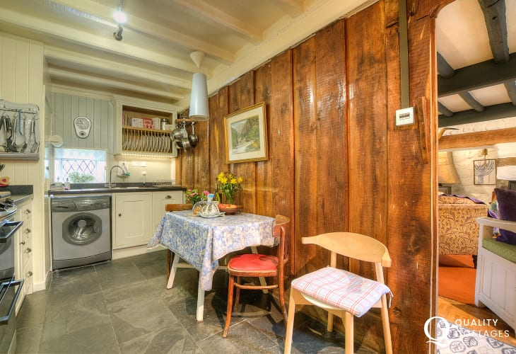 Criccieth holiday cottage-kitchen
