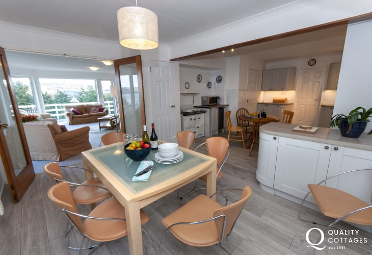Coastal holiday home Aberporth - kitchen/dining area