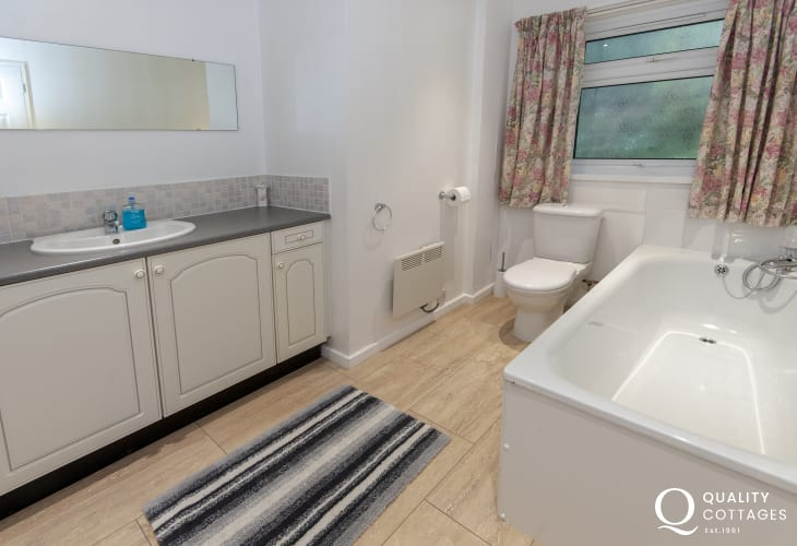 Aberporth holiday bungalow family bathroom