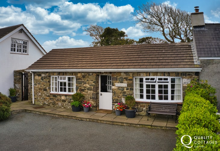 Front stone holiday bungalow in Trefin