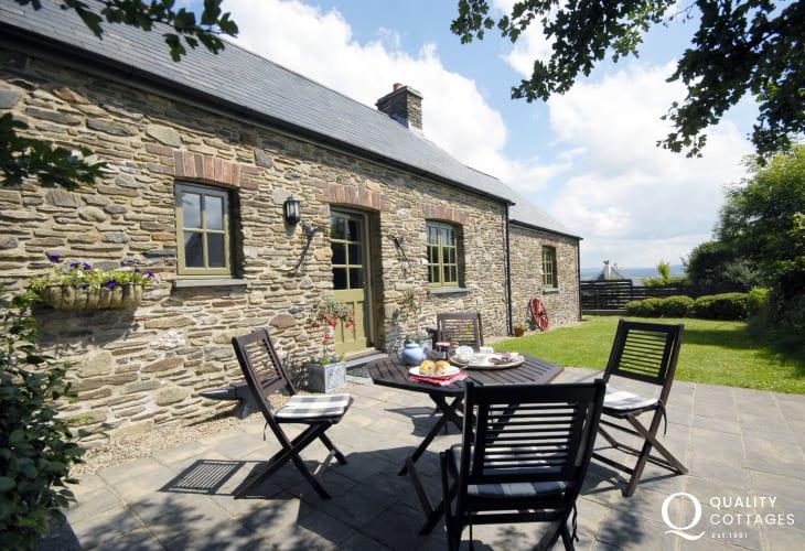 Coastal cottage in Pembrokeshire - sheltered front garden
