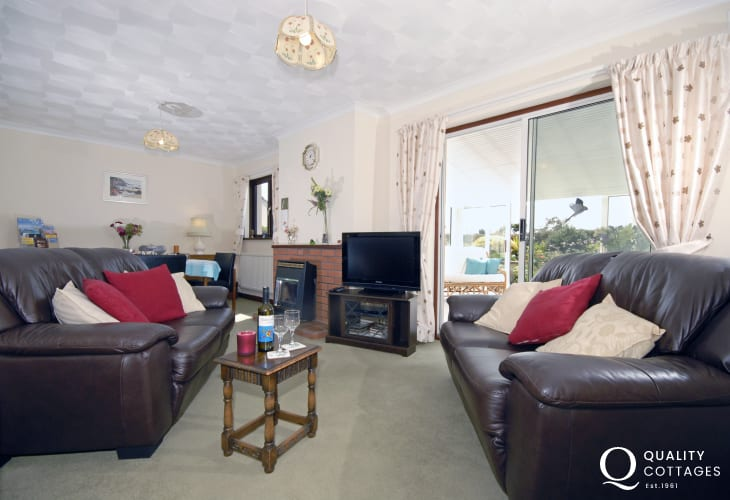 St Davids Pembrokeshire holiday bungalow - sitting dining room