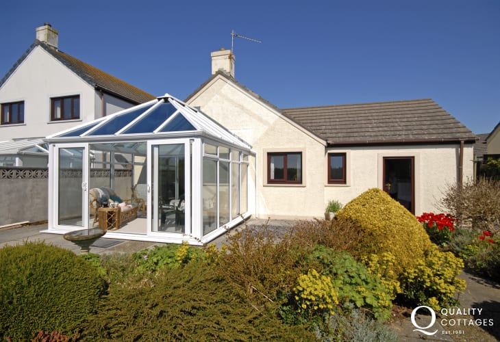 St Davids holiday home with gardens - dogs welcome