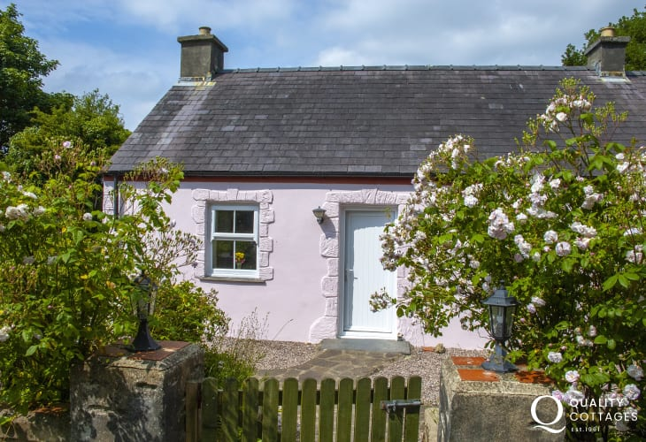 Landshipping Pembrokeshire riverside holiday cottage in tranquil setting - dogs welcome