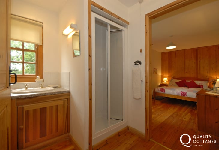 Cottage on the Secret Waterway, Llandshipping - en-suite master shower room
