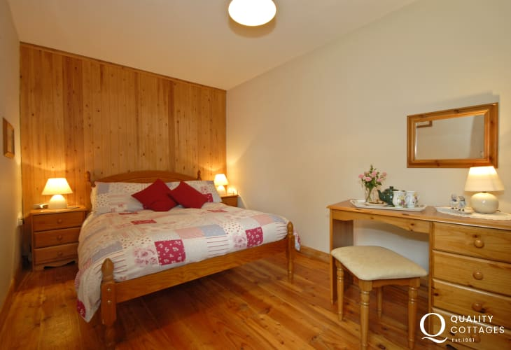 Lawrenny holiday cottage sleeps 4 - master en-suite bedroom