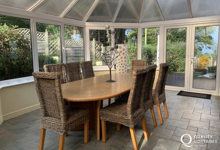 Holiday cottage bungalow with views over Red Wharf Bay-dining area