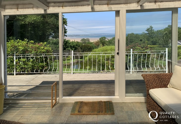 Anglesey holiday home with sea views-sunroom
