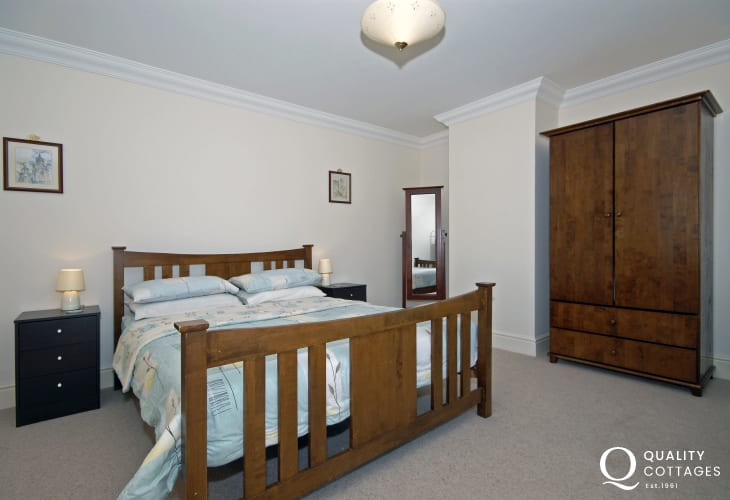 Newcastle Emlyn holiday home sleeps 9 - kingsize bedroom