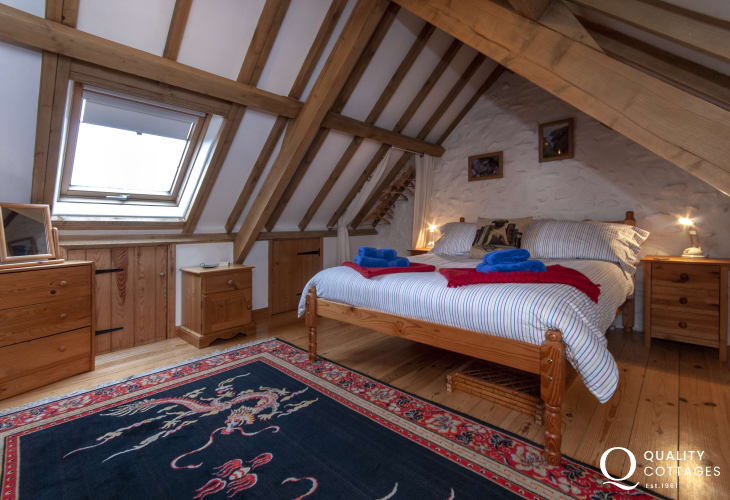 Pembrokeshire coastal holiday cottage with 'crog' loft galleried king size bedroom