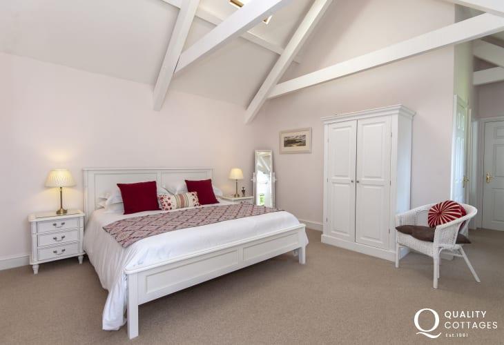Pembrokeshire holiday cottage sleeps 6 - super kingsize ensuite master bedroom