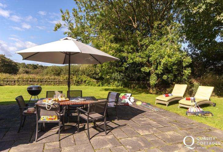 Pet friendly Pembrokeshire holiday cottage - patio garden