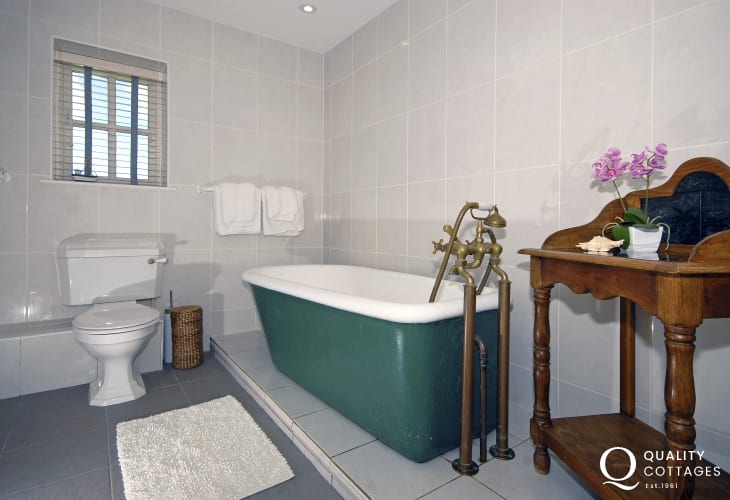 Pembrokeshire holiday cottage - family bathroom with seperate shower
