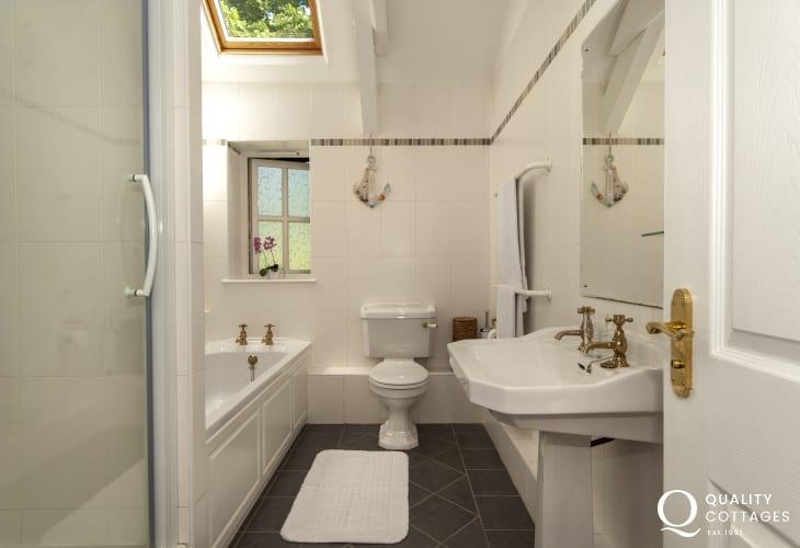 Master en suite bathroom with separate shower