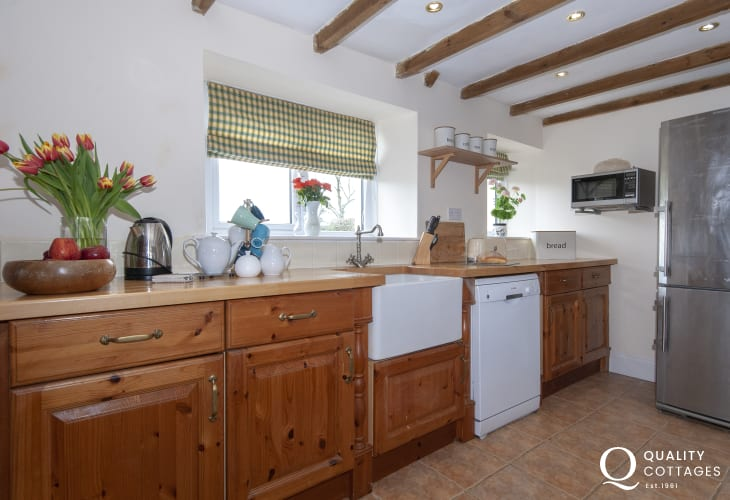 Self-catering Pembrokeshire cottage - country style kitchen with Belfast sink