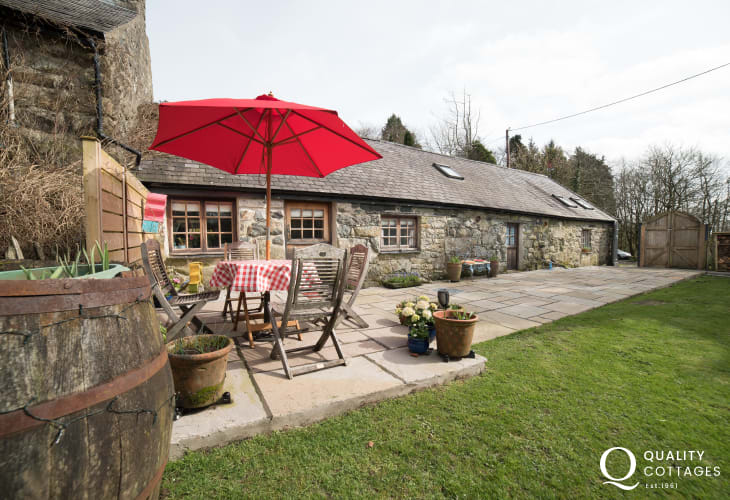 Pet friendly 2 bed Porthmadog holiday cottage - exterior
